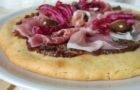 Focaccia veloce senza glutine al radicchio, crudo di Parma e olive taggiasche