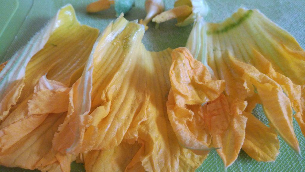 Preparo i fiori di zucca puliti