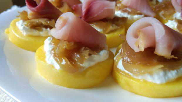 Polentine alle cipolle caramellate e pesce spada affumicato