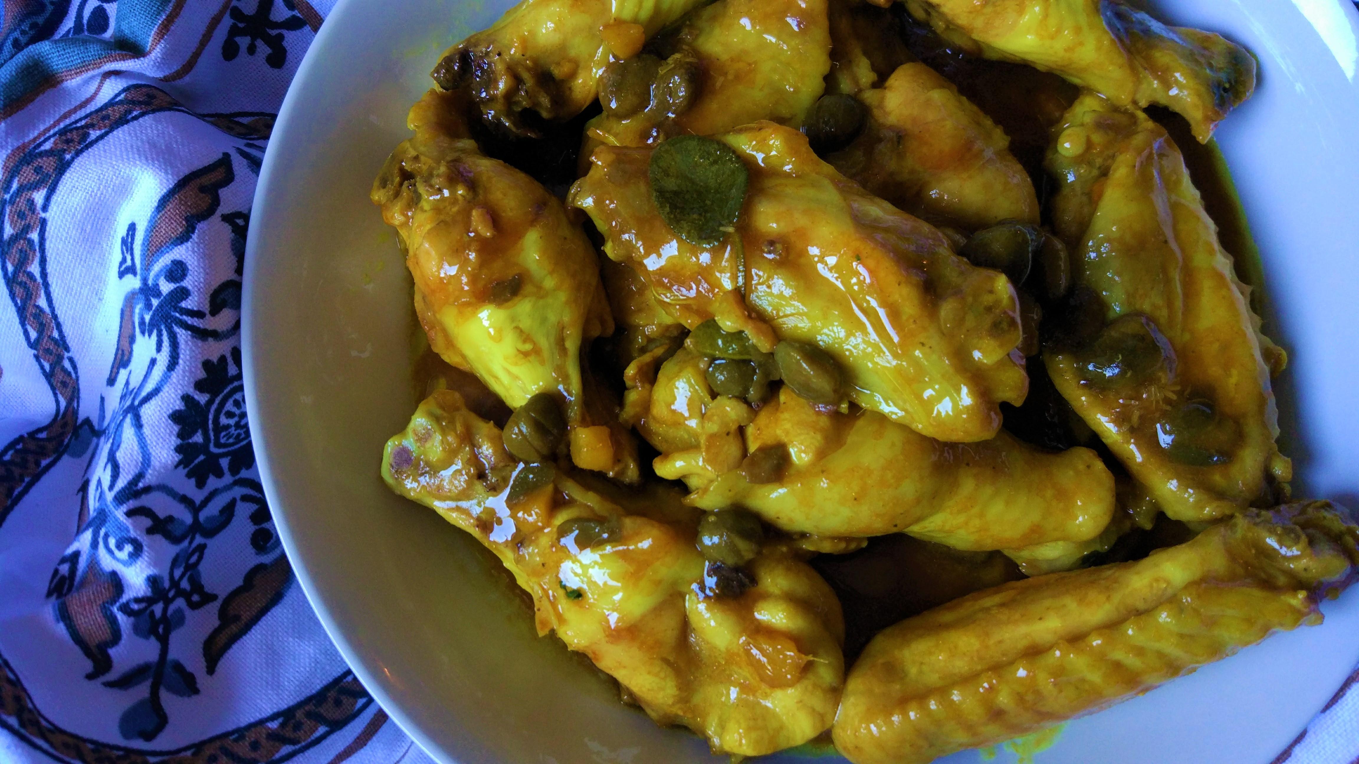 Alette di pollo saporite in salsa di soia e capperi
