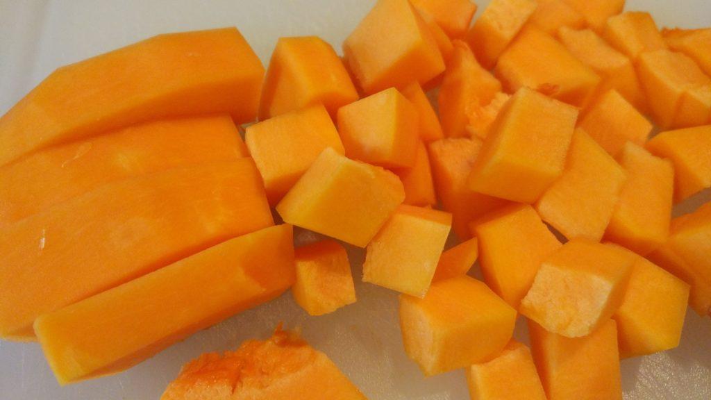 Conchiglie al pesto saporito vegan su crema di zucca