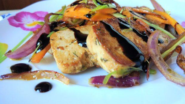 Tofu marinato in salsa di soia con verdure croccanti