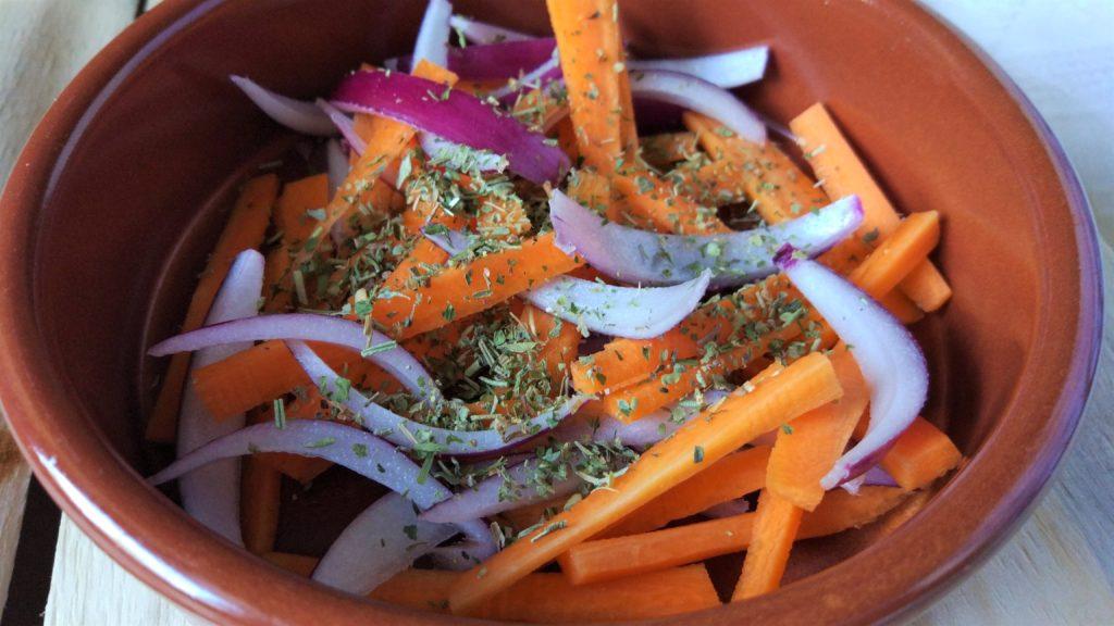 tagliamo finemente carota e cipolla