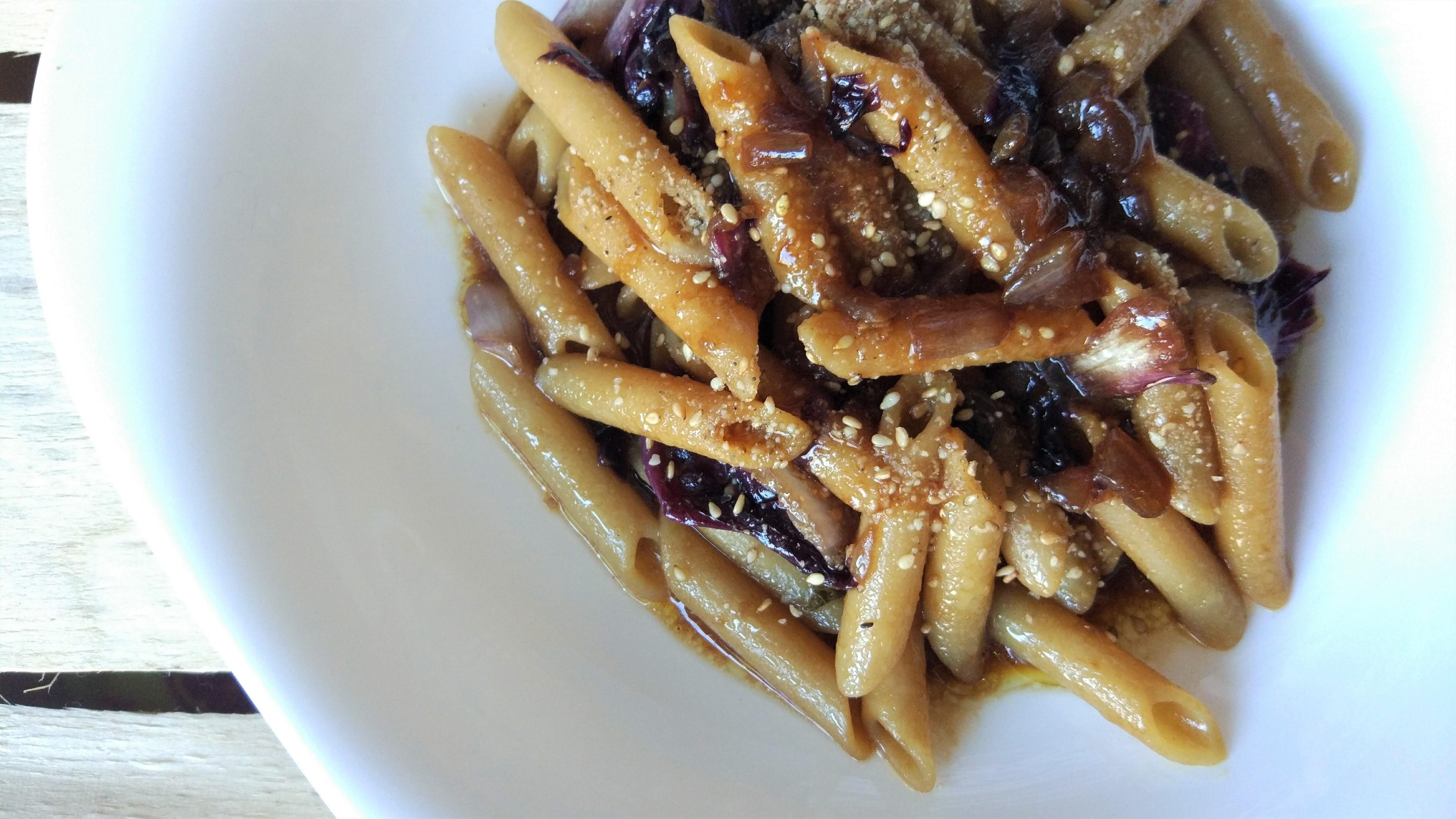 Pasta veloce al radicchio e salsa di soia