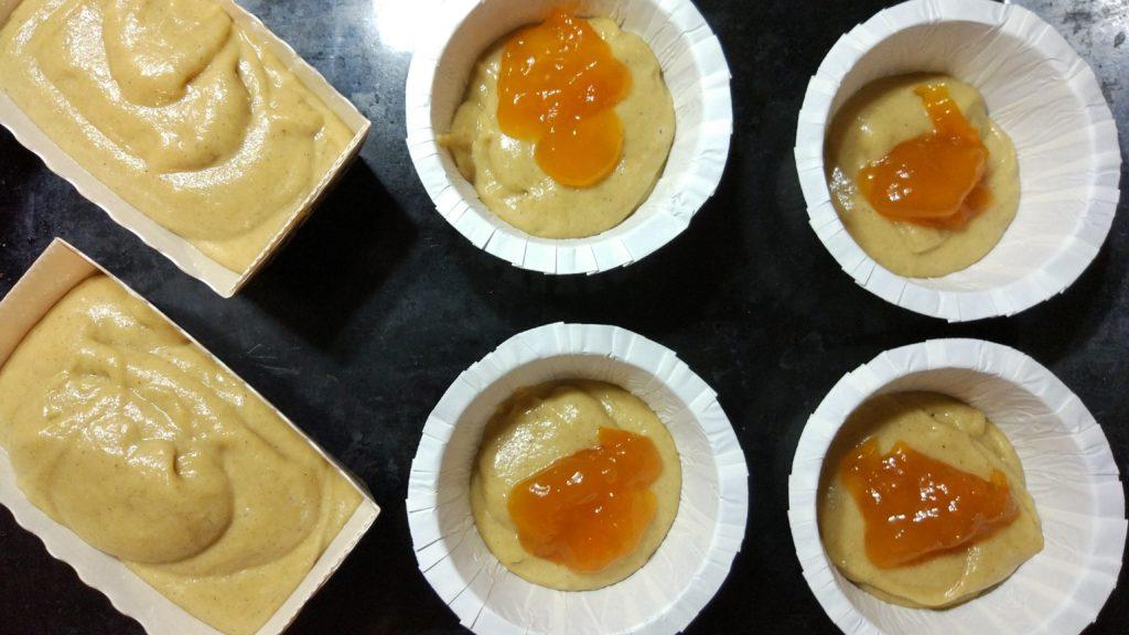 Muffin col ripieno di marmellata in preparazione