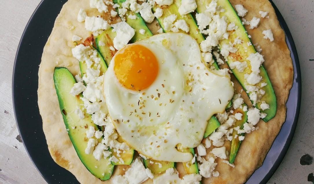 Focaccia veloce in padella con zucchine e uovo all'occhio di bue