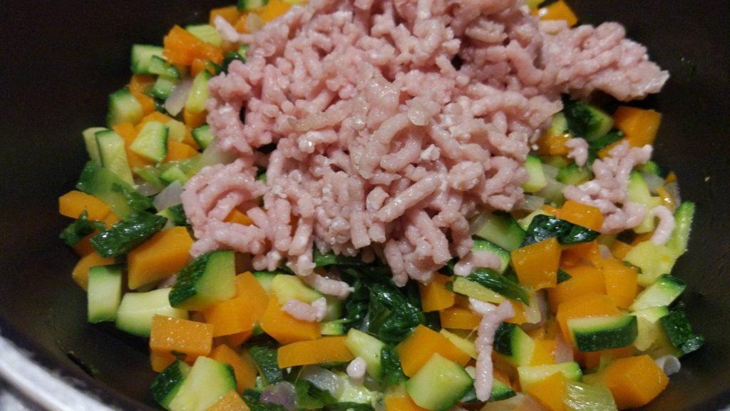 Rosolare il pollo con le verdure