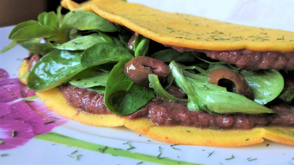 Piadina senza glutine con farcitura di crema di radicchio al mandarino, olive taggiasche e valeriana