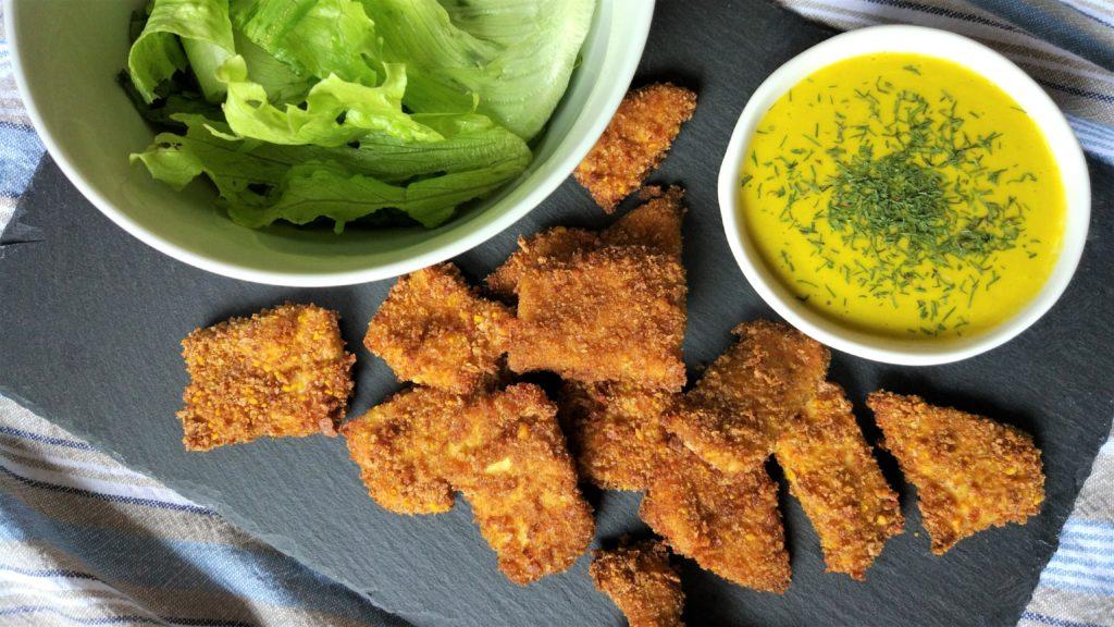 Nuggets veloci di pollo con maionese di fiori di zucca e insalata