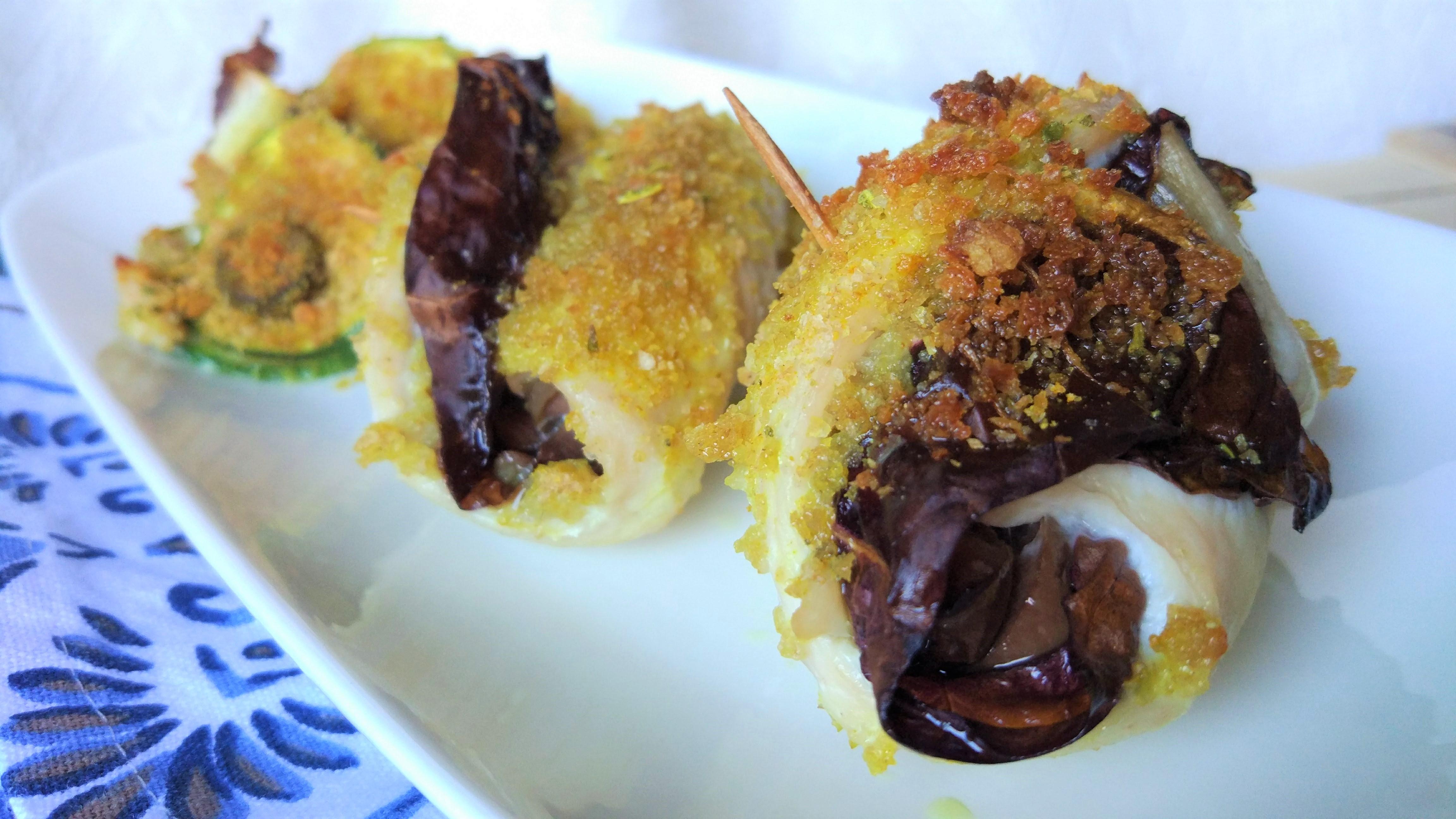 Involtini di pollo gratinati al radicchio e olive con contorno di zucchine