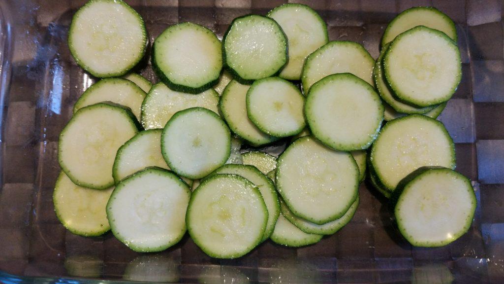 Oliare e salare le zucchine a fettine