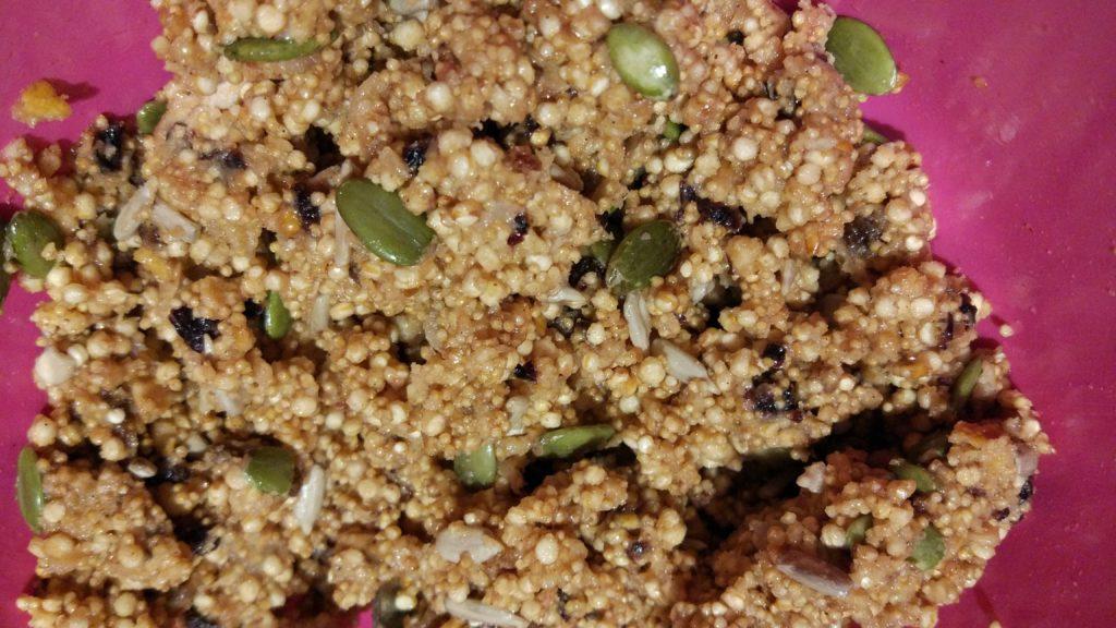 Aggiungere i cereali in fiocchi e la frutta secca e semi vari