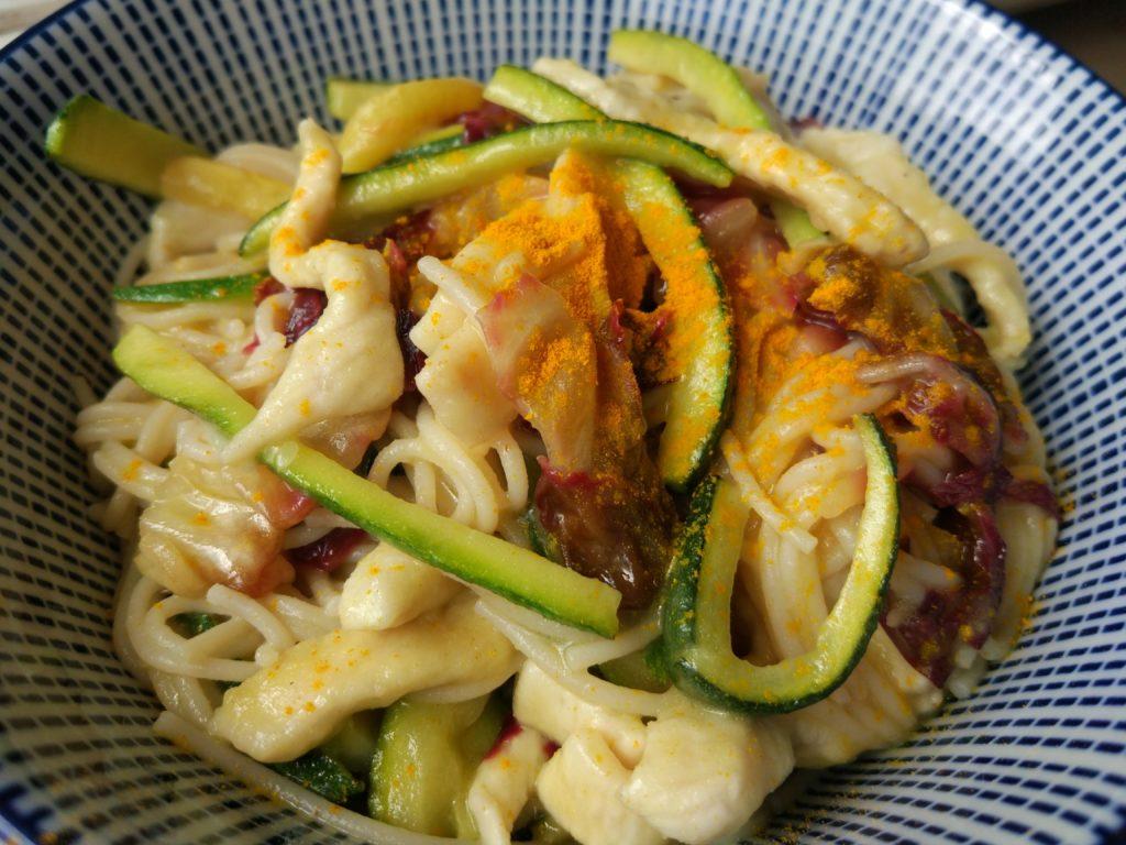 Vermicelli di riso in salsa al limone con verdure e pollo