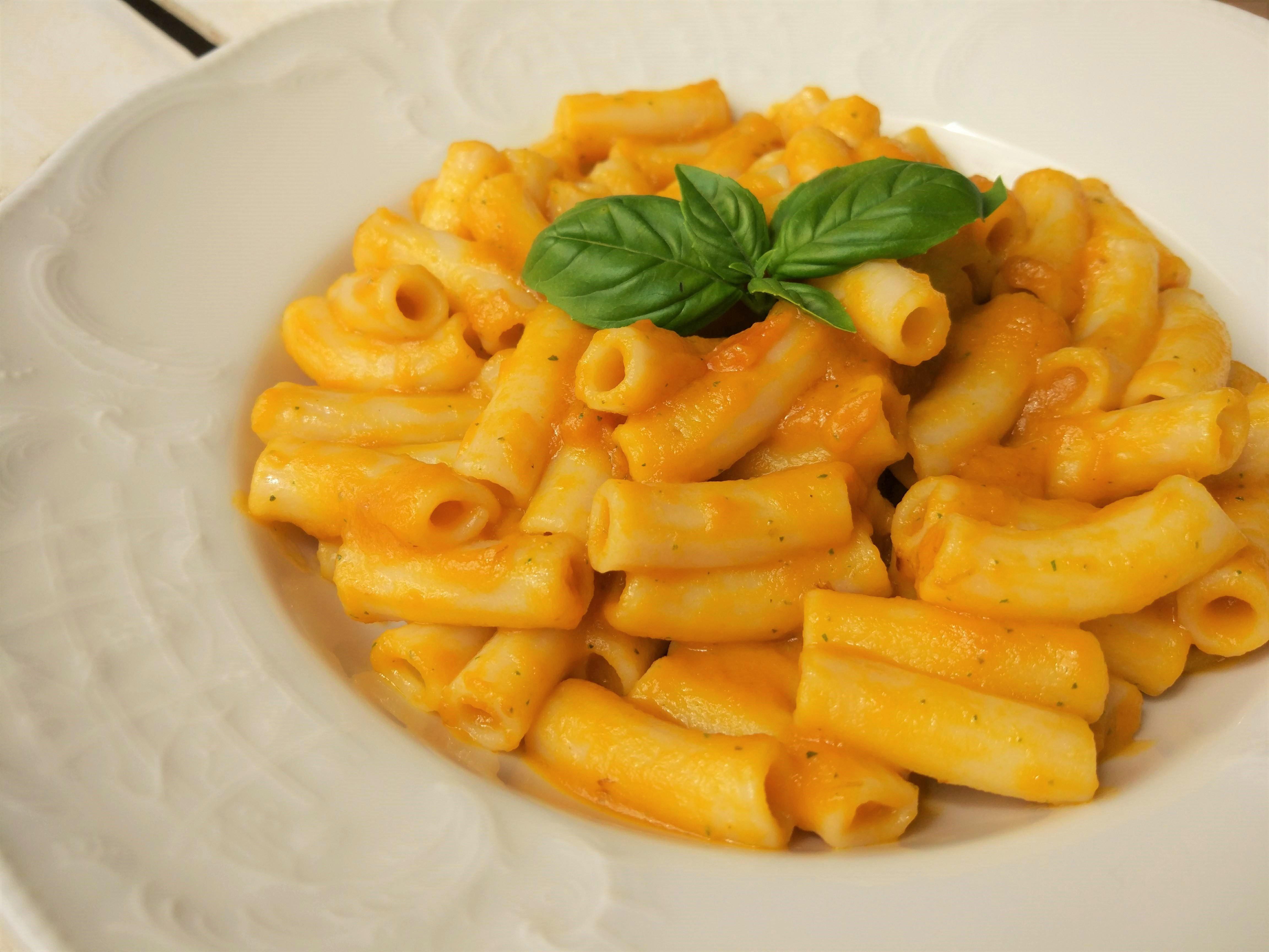 Pasta light al sugo di carote e basilico