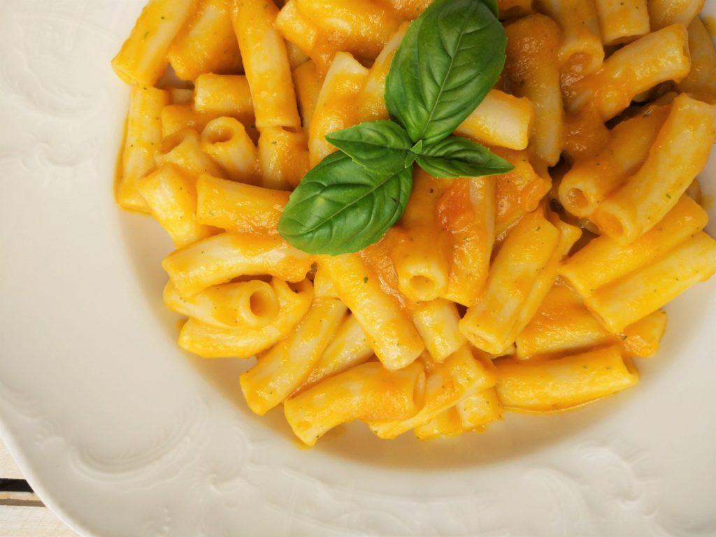 Pasta vegan alla crema di carote, cipolle di tropea e basilico senza glutine