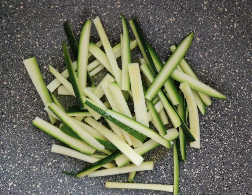 Soffriggere la zucchine nel saltapasta