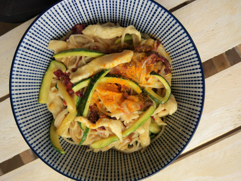 Noodles di riso fusion alle verdure e pollo con salsa al limone