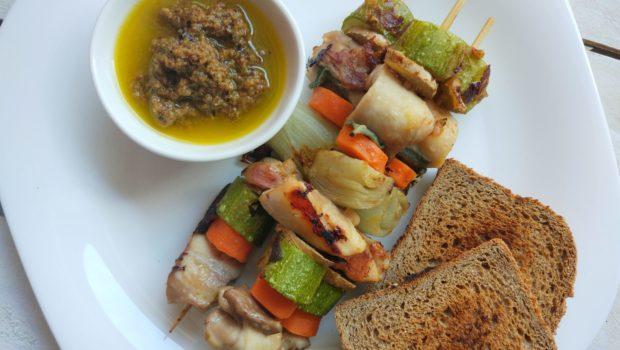 Spiedini di pollo alle verdure in padella con salsa alle olive nere