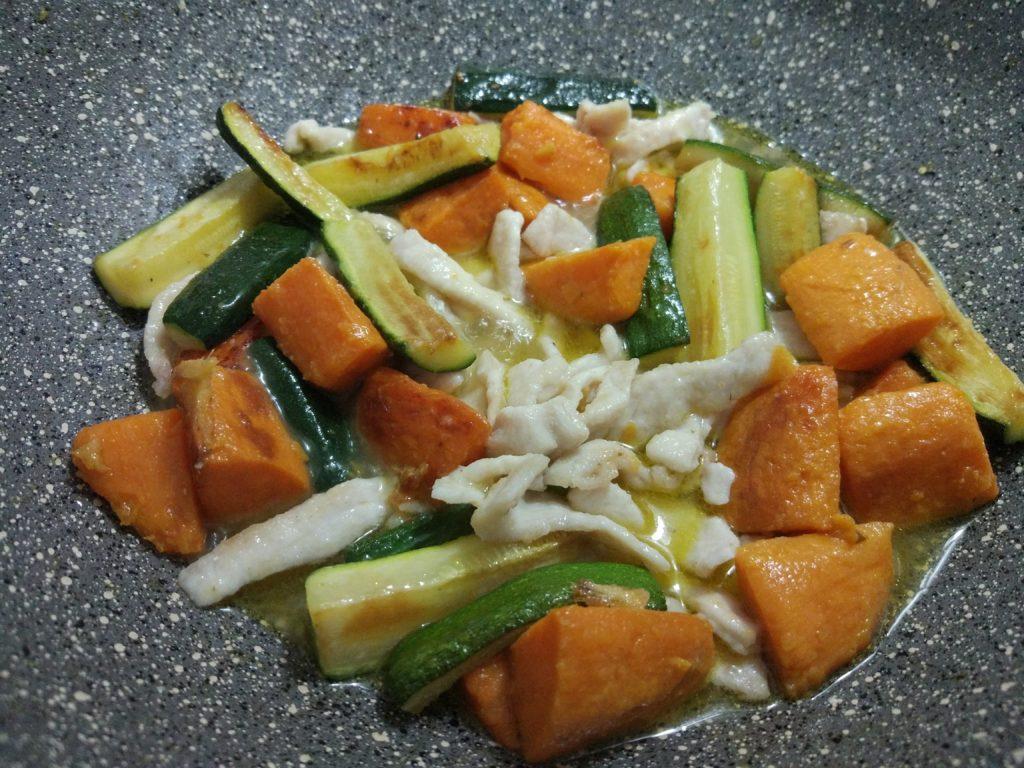 Coprire il pollo patate e zucchine con il succo di mandarino allungato